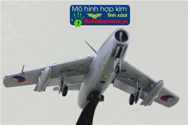 Mô hình máy bay chiến đấu mig-15 thích hợp dùng làm quà biếu quà tặng